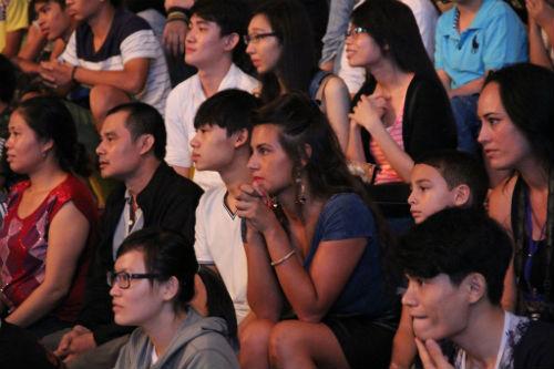 Fan nữ xinh lặng người xem võ sĩ Muay tranh tài - 5