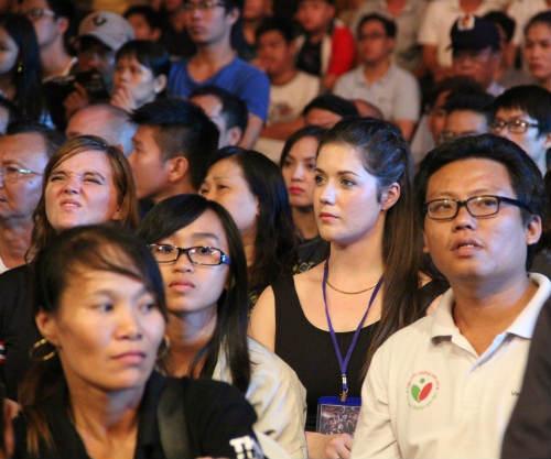 Fan nữ xinh lặng người xem võ sĩ Muay tranh tài - 8