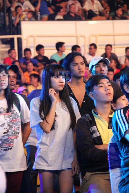 Fan nữ xinh lặng người xem võ sĩ Muay tranh tài - 9