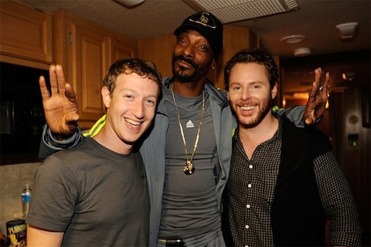 Mark Zuckerberg chụp ảnh cùng một rapper nổi tiếng.