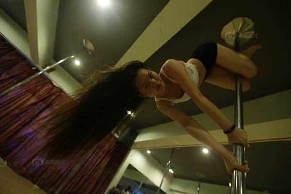 Gái trẻ Trung Quốc đổ xô đi học múa cột - 10