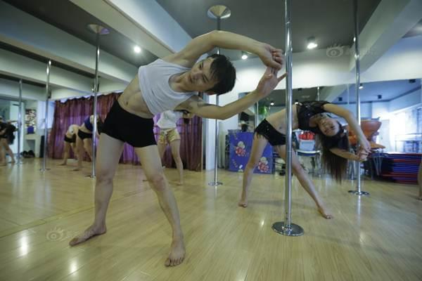 Gái trẻ Trung Quốc đổ xô đi học múa cột - 11