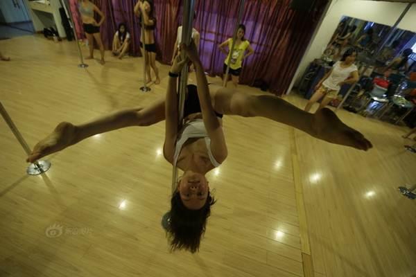 Gái trẻ Trung Quốc đổ xô đi học múa cột - 6