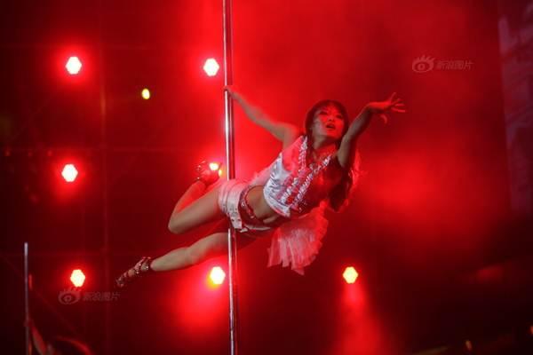 Gái trẻ Trung Quốc đổ xô đi học múa cột - 2