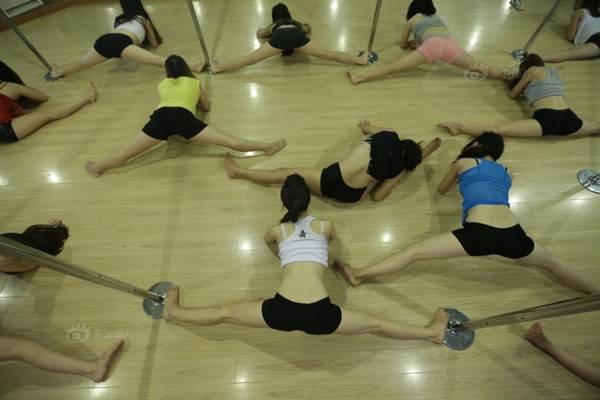 Gái trẻ Trung Quốc đổ xô đi học múa cột - 7