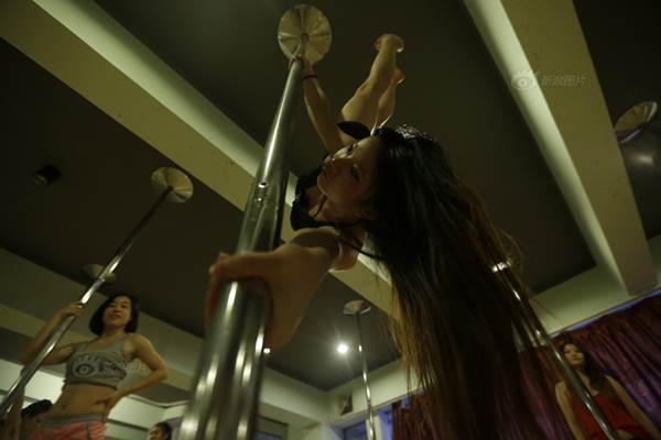 Gái trẻ Trung Quốc đổ xô đi học múa cột - 8