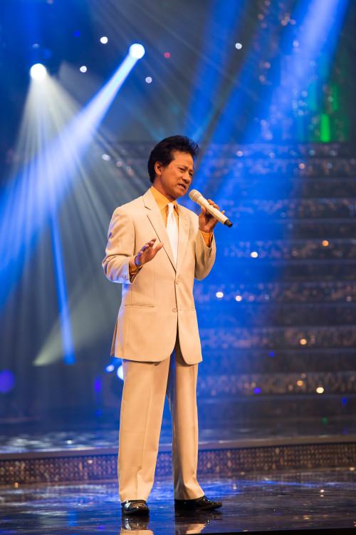 Khán giả hò hét yêu cầu Chế Linh hát tiếp - 1
