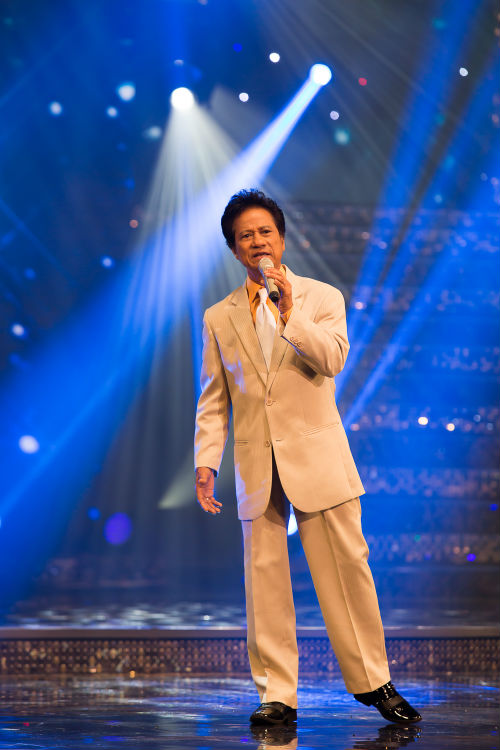 Khán giả hò hét yêu cầu Chế Linh hát tiếp - 2