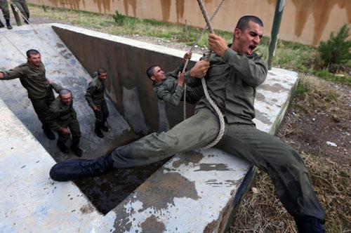 Ảnh ấn tượng: Chiến binh Syria chạy qua bụi mù mịt - 11