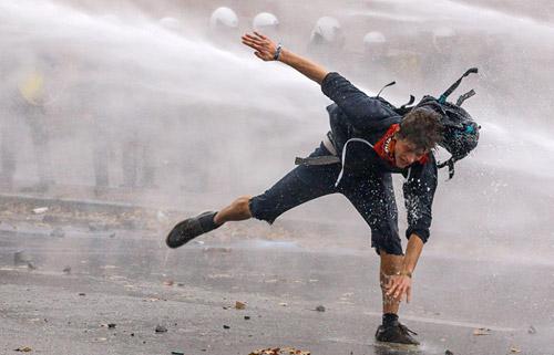 Ảnh ấn tượng: Chiến binh Syria chạy qua bụi mù mịt - 2