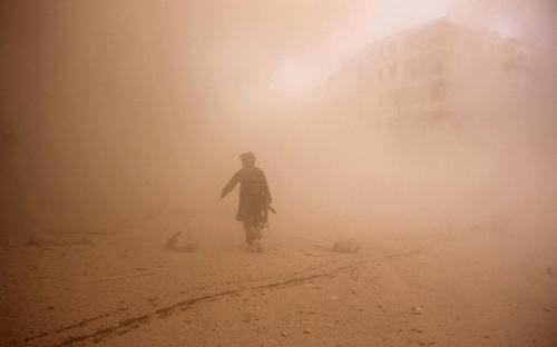 Ảnh ấn tượng: Chiến binh Syria chạy qua bụi mù mịt - 5
