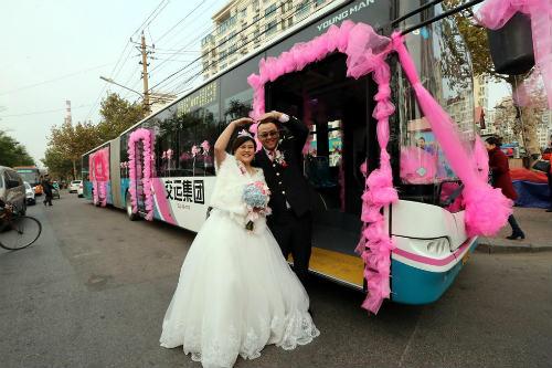 Độc đáo tài xế đón dâu bằng xe buýt 18 mét - 2