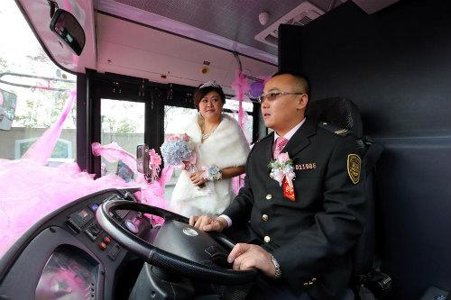 Độc đáo tài xế đón dâu bằng xe buýt 18 mét - 1