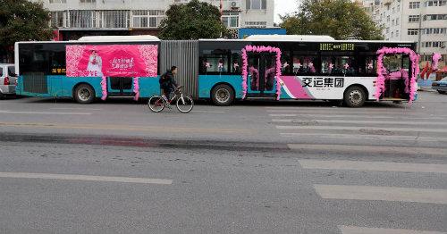 Độc đáo tài xế đón dâu bằng xe buýt 18 mét - 3