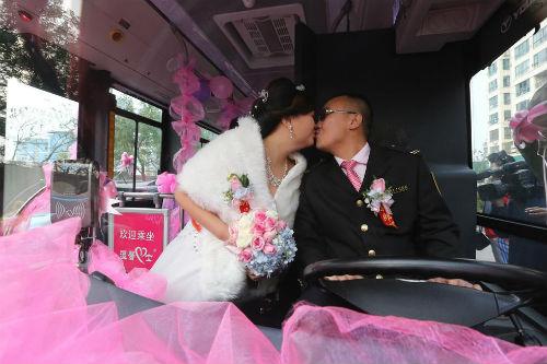 Độc đáo tài xế đón dâu bằng xe buýt 18 mét - 4