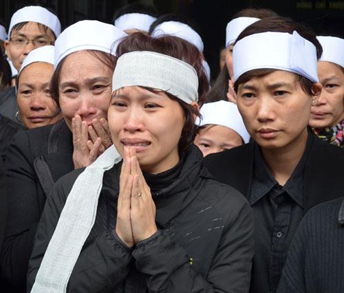 Thép rơi chết người: Gia đình khóc ngất trong lễ viếng - 1