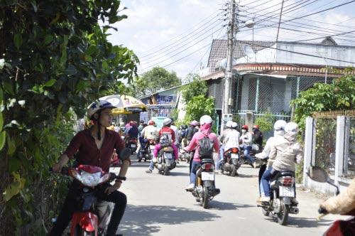 Kẹt xe gần 2km trên đường tới khu du lịch Đại Nam - 1