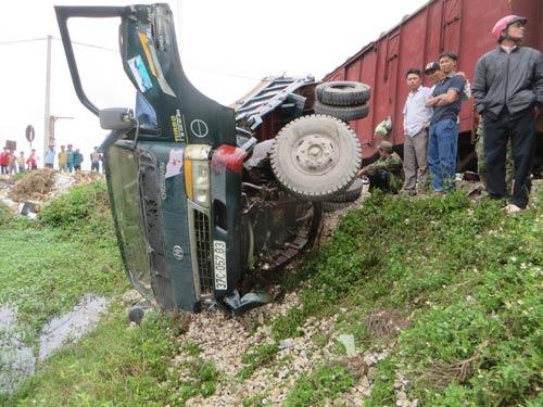 Nghệ An: Tàu hỏa đâm văng ô tô, lái xe thoát chết - 1