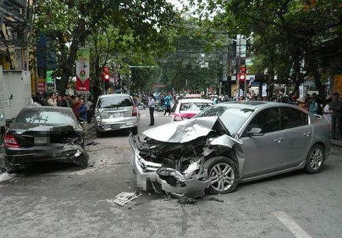 Hà Nội: Xe điên đâm liên hoàn, 5 ô tô hư hỏng nặng - 1