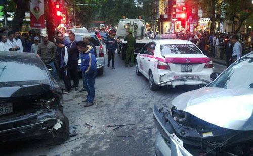 Hà Nội: Xe điên đâm liên hoàn, 5 ô tô hư hỏng nặng - 2