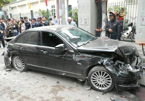 Hà Nội: Xe điên đâm liên hoàn, 5 ô tô hư hỏng nặng - 3