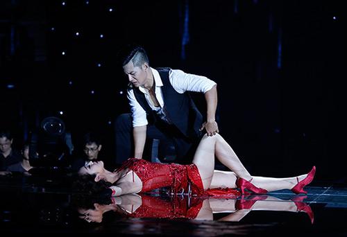 Jennifer Phạm bị đánh ngã trên sân khấu - 1