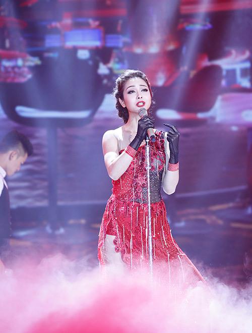 Jennifer Phạm bị đánh ngã trên sân khấu - 2