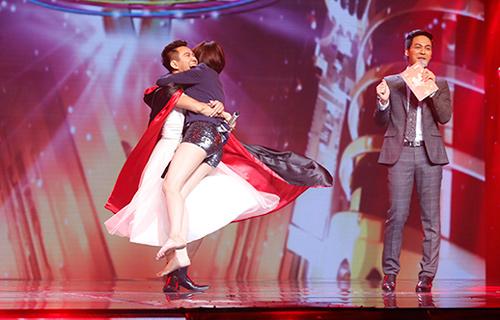 Jennifer Phạm bị đánh ngã trên sân khấu - 9