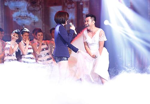 Jennifer Phạm bị đánh ngã trên sân khấu - 7