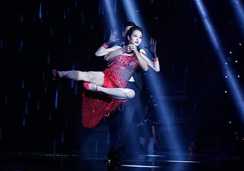 Jennifer Phạm bị đánh ngã trên sân khấu - 3