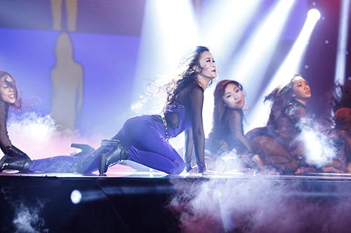 Jennifer Phạm bị đánh ngã trên sân khấu - 16