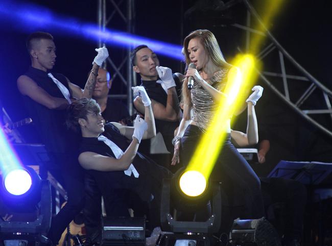 Bên cạnh thể hiện lại những bản Ballad ngọt ngào, Mỹ Tâm cũng không quên quậy tưng sân khấu bằng những bản nhạc dance sôi động cùng vũ đoàn MTE.