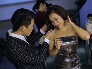 Quốc Thiên chỉnh sửa tóc cho Uyên Linh trước giờ diễn