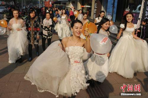 """Cuộc đua maraton của các """"cô dâu độc thân"""" - 6"""