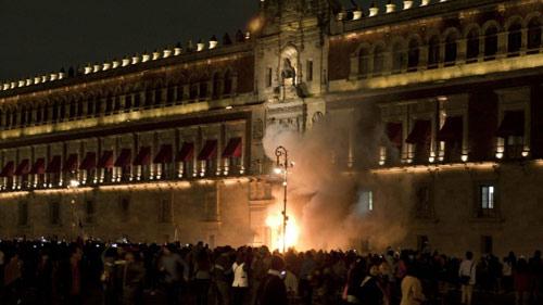 Mexico: Dân nổi loạn đốt dinh Quốc gia - 1
