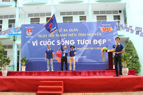 Sơn Spec và MC DV Quyền Linh mang màu xanh đến Cà Mau - 1