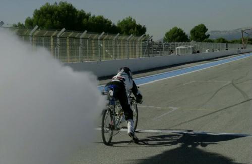 """Kinh ngạc: Xe đạp gắn tên lửa đọ """"Siêu xe"""" - 1"""