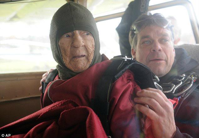 Cụ bà 100 tuổi nhảy dù mạo hiểm mừng sinh nhật - 3