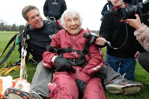 Cụ bà 100 tuổi nhảy dù mạo hiểm mừng sinh nhật - 6