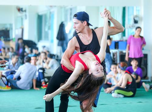 Hà Hồ khoe mặt mộc, dáng chuẩn bên vũ công quốc tế - 4