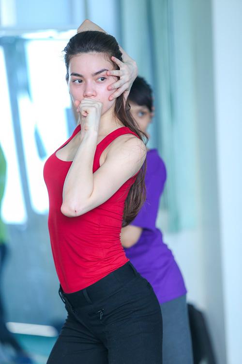 Hà Hồ khoe mặt mộc, dáng chuẩn bên vũ công quốc tế - 11