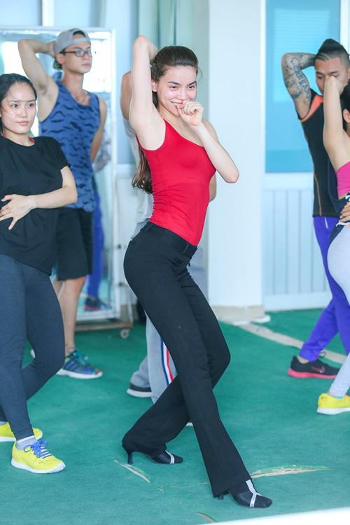 Hà Hồ khoe mặt mộc, dáng chuẩn bên vũ công quốc tế - 5