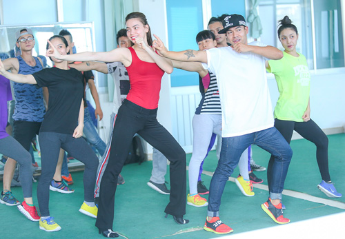 Hà Hồ khoe mặt mộc, dáng chuẩn bên vũ công quốc tế - 9