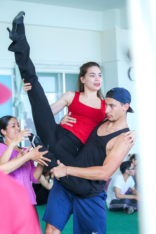 Hà Hồ khoe mặt mộc, dáng chuẩn bên vũ công quốc tế - 2