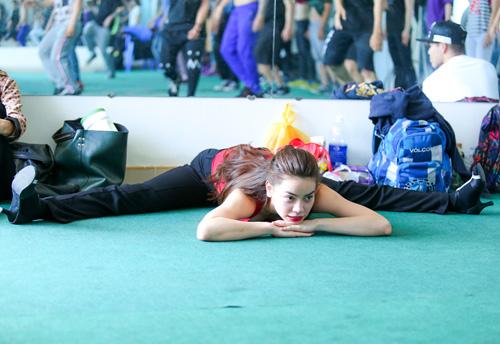 Hà Hồ khoe mặt mộc, dáng chuẩn bên vũ công quốc tế - 13