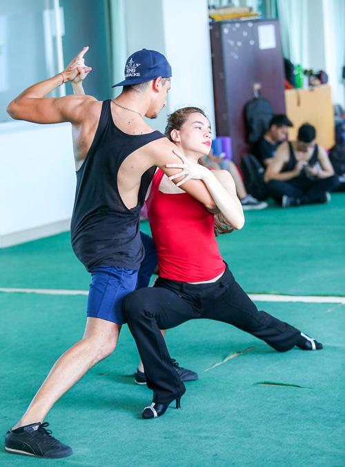 Hà Hồ khoe mặt mộc, dáng chuẩn bên vũ công quốc tế - 3