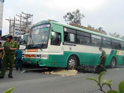 Thanh niên bị xe buýt cán chết, giao thông tê liệt - 1