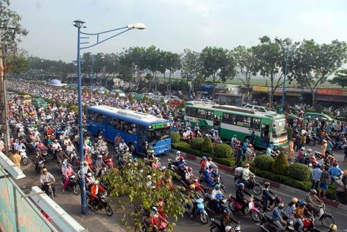 Thanh niên bị xe buýt cán chết, giao thông tê liệt - 3