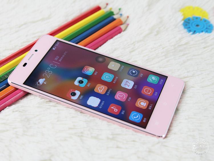 3. Gionee Elife S5.1  Chiếc smartphone này có độ mỏng chỉ 5.1 mm, bên cạnh kiểu dáng siêu mỏng, Gionee Elife S5.1 còn sở hữu cấu hình của một chiếc smartphone tầm trung với màn hình Super AMOLED rộng 4,8 inch độ phân giải 720p, vi xử lý lõi tứ Snapdragon 400, 1GB RAM, camera sau 8MP, camera trước 5MP và một viên pin dung lượng 2.100 mAh.  Thiết bị chạy Android 4.3 với giao diện Gionee Amigo 2.0 và có giá bán 325 USD (khoảng 6,8 triệu đồng).