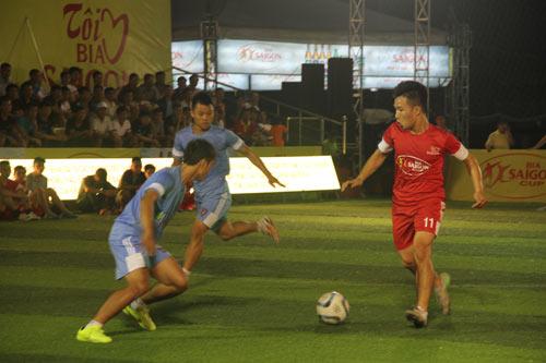 Giải bóng đá Cúp Bia Sài Gòn 2014: Chen chân xem bóng đá - 2